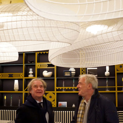 l:Hôtel du Phare inauguré par Jean-Michel Wilmotte avec des carcasses d'abat-jour fabriquées pour la salle du restaurant